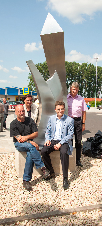 "Edelstahlskulptur ""Tor"" schmückt Behringer Ortszentrum"