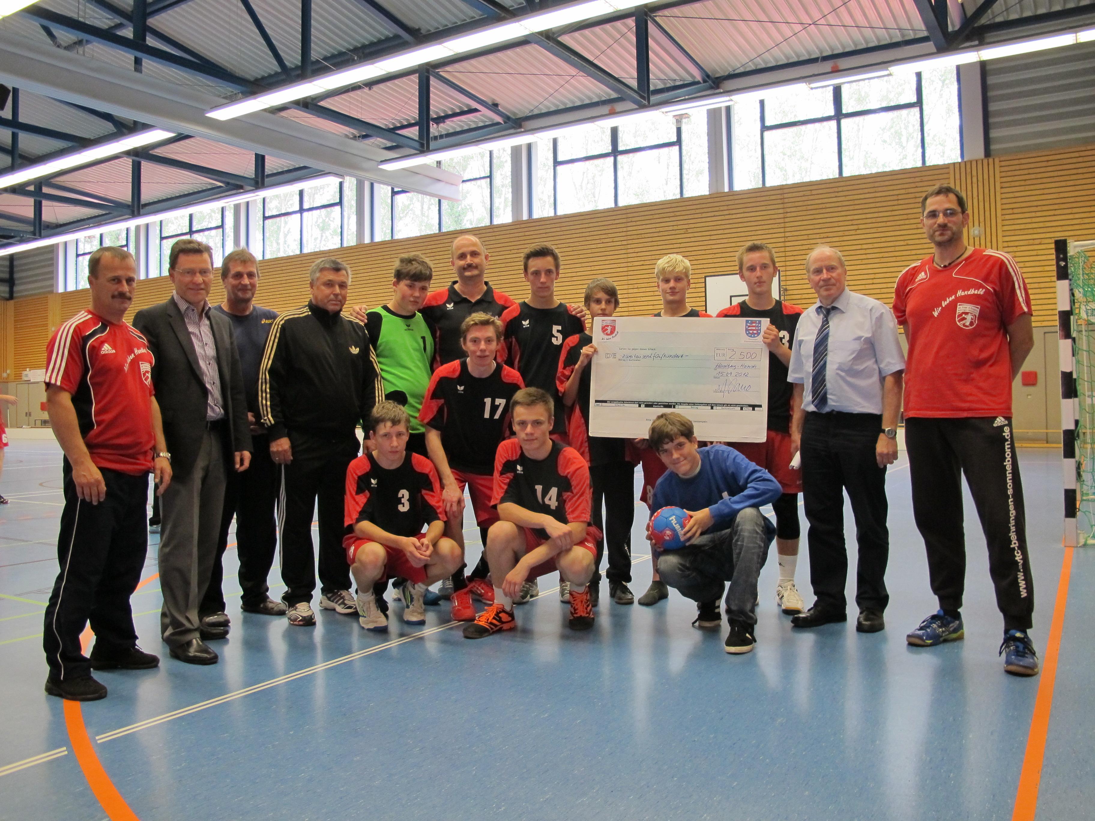 Scheck für Kinder- und Jugendarbeit  des SV Town & Country Behringen/Sonneborn übergeben