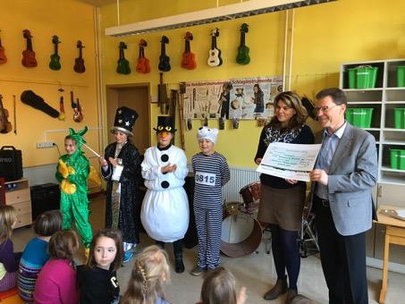 """Town & Country Stiftung vergibt Spende an Musical """"Tabaluga und das verschenkte Glück"""" der Hörselschule"""