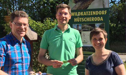 """""""Große Geburtstags-Tombola im Wildkatzendorf Hütscheroda""""   – anlässlich des 5jährigen Bestehens zieht Bundestagesabgeordnete Christian Hirte das erste Los"""