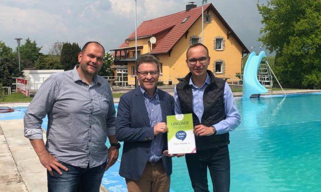 Der Freibad Weberstedt e.V. wird mit 1.000 Euro durch die Town & Country Stiftung gefördert